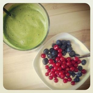 4 Stärkung nach dem Sport - ein grüner Saft und Joghurt mit Beeren