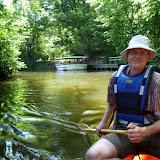 Morten er styrmand, og vi sejler forbi Odense Zoo og båden der sejler på åen.