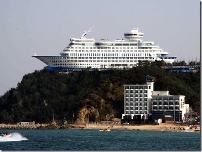 O Sun Cruise Resort & Yacht é um hotel que fica dentro de um navio (Foto: Creative Commons/Parhessiastes)
