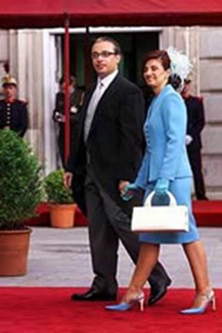 El periodista Alfredo Urdaci junto a su esposa