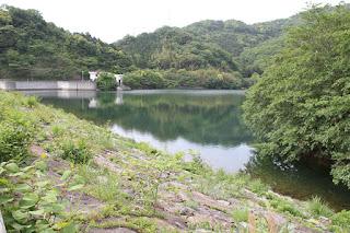 左岸よりダム湖側堤体とダム湖を望む