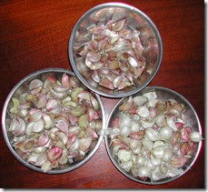Red and white garlic varieties are separated for planting