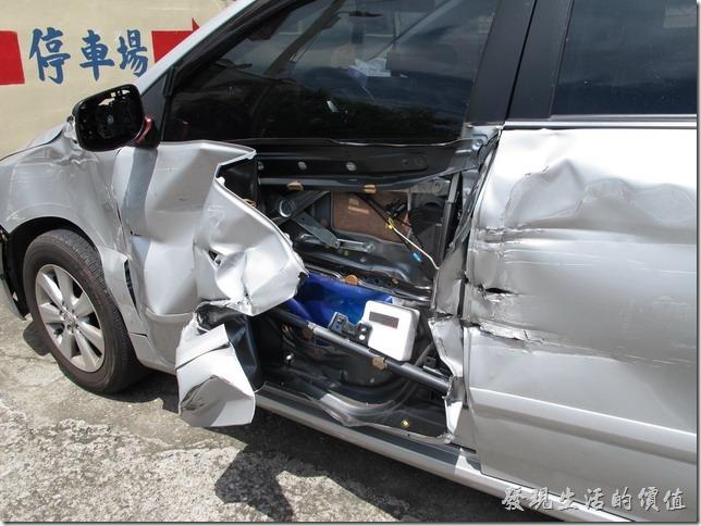車門的機能都還在,車窗也勉強還可以起降,只是怎麼這車門的結構這麼弱啊,就是一層鐵皮,然後幾塊鐵就成了一片車門了。