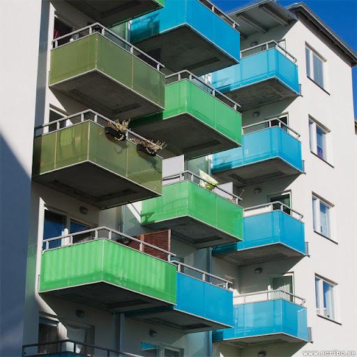 Gröna och blåa balkonger på husen vid Fyrisvall