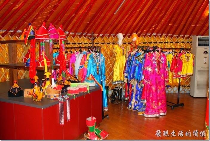 台南-台灣咖啡文化館。大帳蒙古包內有許多色彩鮮艷的傳統蒙古服飾。
