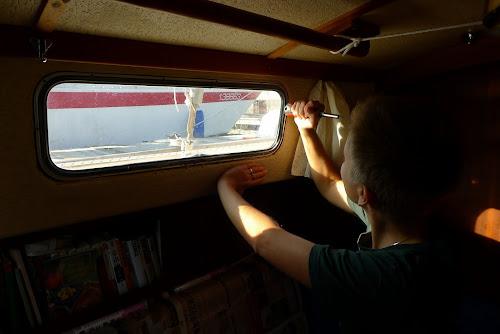 Janička vytlouká vnější rám okna ven