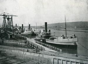 El tren de dragado al completo, con el GOBELA en primer termino.  Foto de la revista INGENIERIA NAVAL. Abril de 1931.jpg