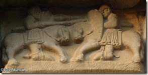 Lucha de caballeros - San Martín de Artáiz - Románico en Navarra
