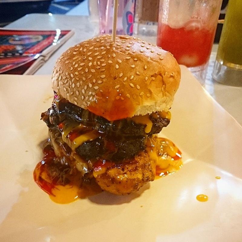 Layan burger bakar di  Lava Grill Restaurant