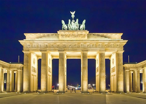 800px-Berlin_Brandenburger_Tor_Nacht