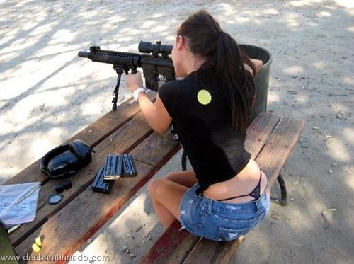 gatas armadas mulheres lindas com armas sexys sensuais desbaratinando (8)
