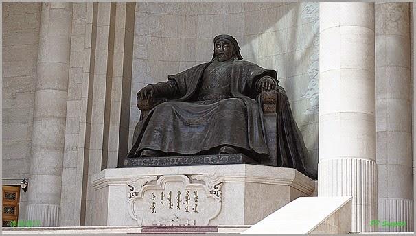 国家宫正面中央成吉思汗像