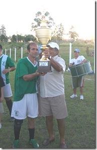 Copa campeón del año entregada por Sandú