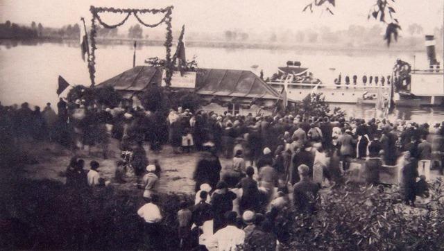 Ciechocinek przystań 1927r. Statek ,,Mickiewicz na pokładzie prochy J.Słowackiego Na zdjęciu widać bramę powitalną na tle dworca rzeczneg