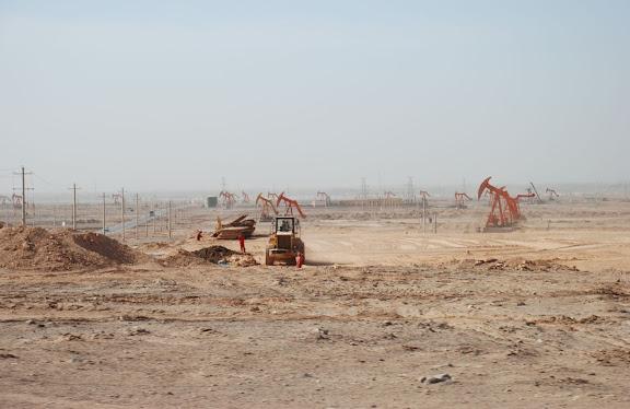 Route de Trufan - Puits de pétrole sable