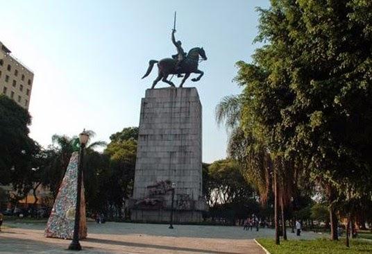 Monumento Duque das Caixas, Victor Becheret