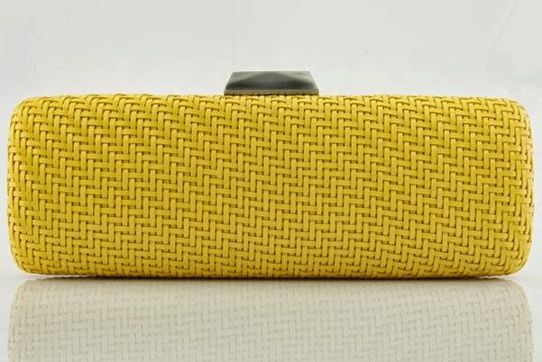 DB0944- Clutch estruturada revestida de material alternativo em tressê. Fecho de metal escovado. Acompanha alça de metal removível.