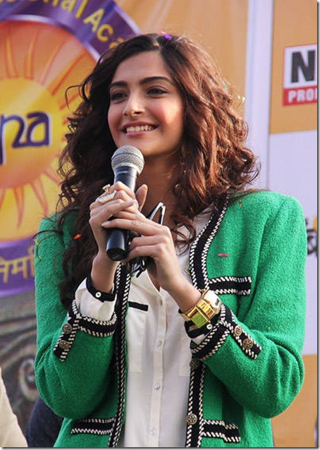 Sonam-Kapoor-smiles-during-the-promotion-of-her-latest-film-Players-in-Indore-