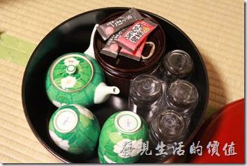 日本北九州-由布院-彩岳館。客房的茶几上放了兩塊煎餅與茶包,全都可以無料使用,因為全都包含在房費了。
