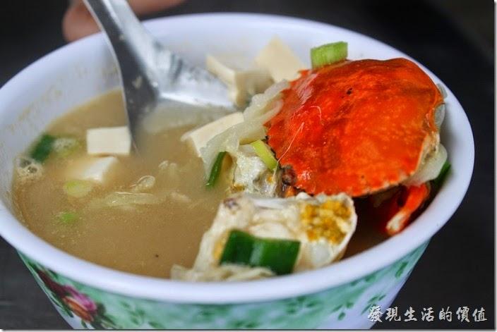 台南-阿美深海鮮魚湯。螃蟹味蹭湯,NT$80。味噌湯裡頭也放了一隻小螃蟹,加上味蹭與傳統豆腐,也是非常的鮮甜好吃。