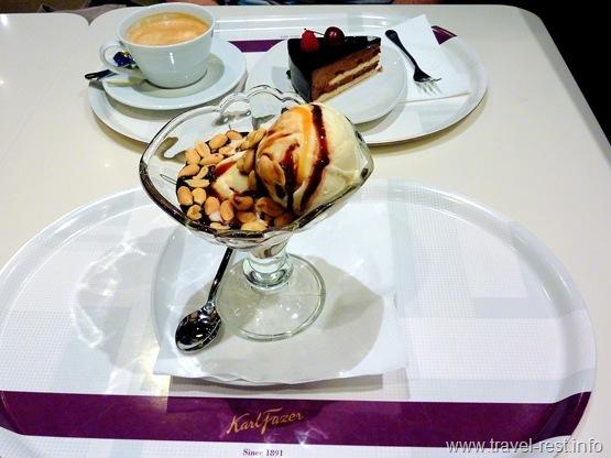 ванильное мороженое под карамельным и шоколадным соусом, с соленым арахисом; шоколадный торт и капучино.