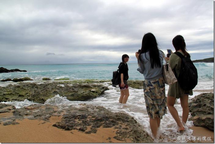 屏東-後壁湖白沙。這群小女生好像是大陸來的,因為有聽到她們的口音,而且還聽到她們說沒有這樣看過海水,碰到海水時還直呼涼涼的好過癮。