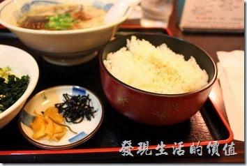 日本九州在地的好味道【熊本拉麵 こむらさき本店】。拉麵定食,日幣720円,內容包含一大碗豚骨拉麵,以及蔬菜沙拉、白飯、醃製小菜。這裡的白飯也好好吃,就是太大碗了,是一般份量的兩倍。