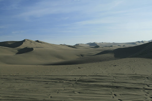 We set off in our dune buggy towards the seemingly infinte desert that surrounds Huacachina.