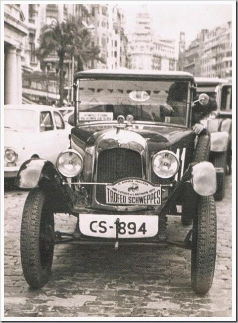 l'antigor II Ronda Fallera automóviles clásicos en la plaza de l'Ajuntament. 1972