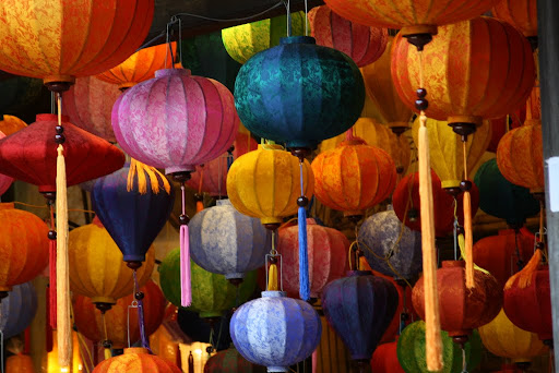 Lynette loves these Chinese lanterns, and when advancing in numbers they are even more beautiful...