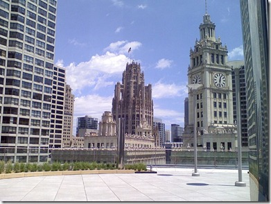 800px-20080615_Wrigley_Building_clock_and_Tribune_Tower_from_Sixteen