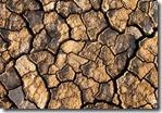 7606633-il-suolo-nelle-fessure-apparso-sul-calore-a-lungo-termine