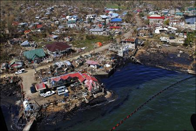 An aerial shot shows oil spill at the coastal area as a result of the government-owned National Power Corporation (NAPOCOR) power barge running aground when super typhoon Haiyan hit Estancia town, north of Iloilo, central Philippines, 14 November 2013. Photo: Leo Solinap / REUTERS