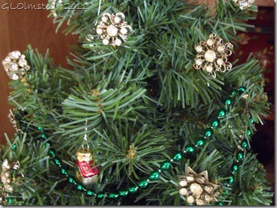 05 Rhinestone earrings on Christmas tree (1024x768)