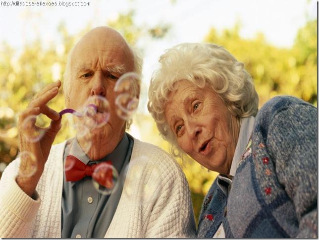 casal-de-idosos-brincando-2c97e