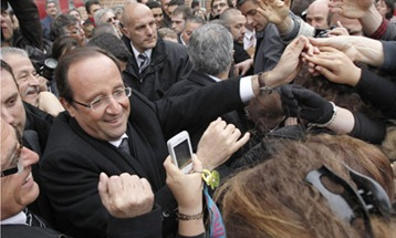 Fran-ois-Hollande-greets--008