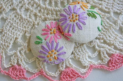 Botões bordados à mão