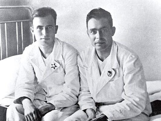 1941-й-год.-Госпиталь-Южного-фронта.-Леонид-Брежнев-справа-только-что-получил-орден-Красного-знамени