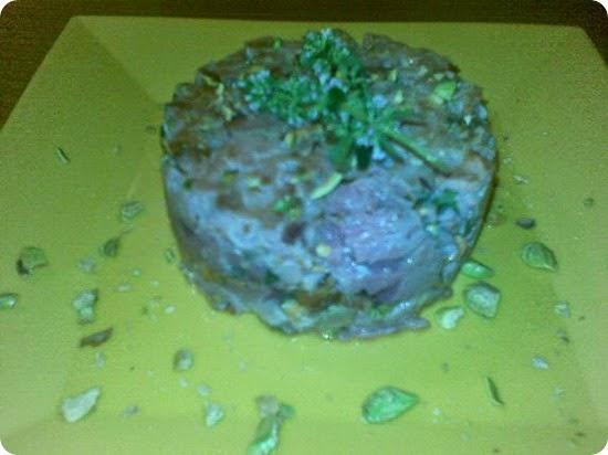 Tartare di tonno scottata con timo limone e pistacchi