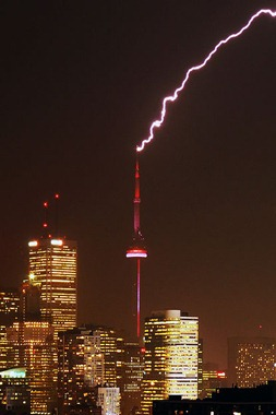415px-CN_Tower_struck_by_lightning-Edit(Taxi)