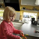 En stor pige derlige har lært at skrælle gulerødder ovre i børnehaven! Så kan hun også det!