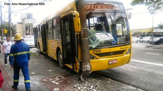 Ônibus no poste