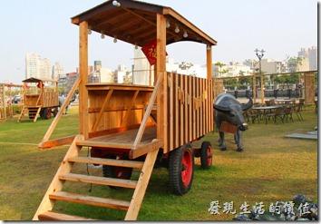 台南-運河博物館。2013年的年初又加了許多的牛車與水牛造型的裝置藝術,可以讓民眾摸春牛。下面的句子要用台語念喔!不過似乎每個地方的用語不太一樣,總之就是句句好話,希望帶還好運就是了。