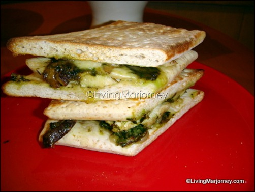 Starbucks' Roasted Chicken Pesto &amp; Shitake Mushroom on Flat Bread (P155)