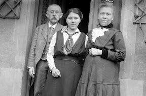 Vermutlich Krankenschwester eines Lazaretts mit ihren Eltern oder Großeltern während des Ersten Weltkrieges, Scan vom Glasnegativ, ca. 1914 - 1918