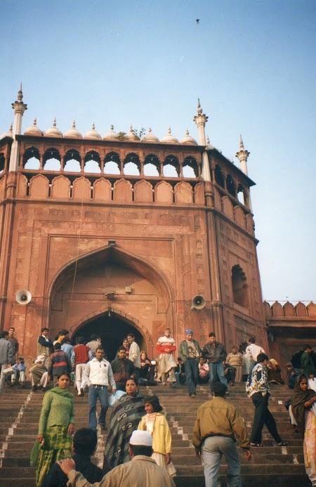07. Intrare in Moscheea din Delhi.jpg