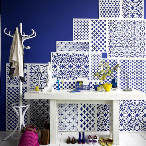 The vibrant back splash to this entryway area is so fun. (apartmenttherapy.com)