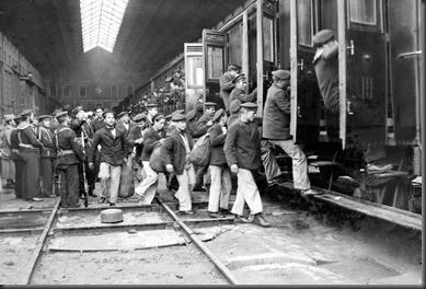 Estação de Sta. Apolónia.18 (embarque de cerca de 400 marinheiros envolvidos no movimento revolucionário que vão seguir para o forte de Sacavém em1927)