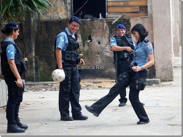 Tatiana brinca com uma bola de futebol junto a colegas de trabalho