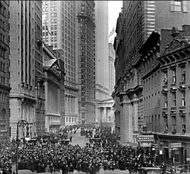 Panicked engulfs Wall Street in October 1929. Photo: via idokjelei.hu